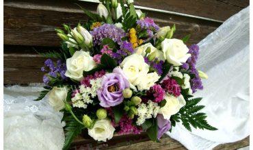 Vintage  διακόσμηση γάμου με μωβ και λιλά λουλούδια.
